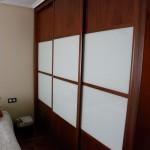 armario de madera de sapelly con cristal lacobel blanco, serie cubo