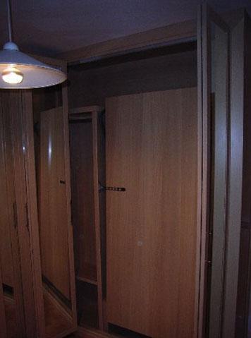 Una cama plegable dentro del armario es una gran solución para ahorrar espacio